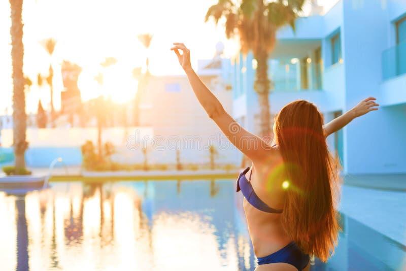 有长的头发跳舞的妇女在游泳池 库存图片