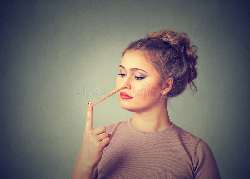 有长的鼻子的妇女 说谎者概念 库存照片