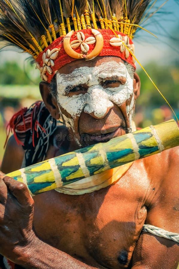 有长笛的老人在巴布亚新几内亚 免版税库存图片