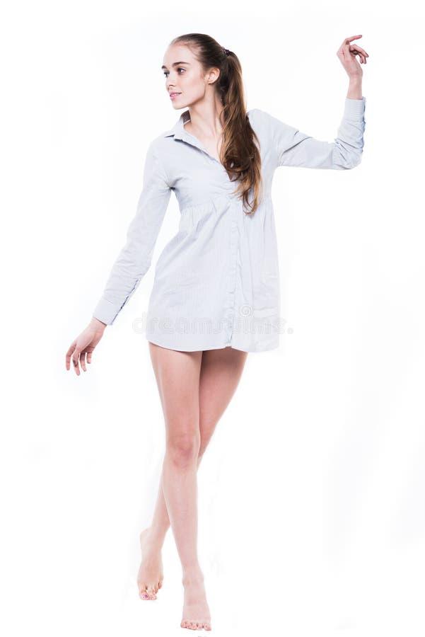 有长腿走的美丽的妇女 库存照片
