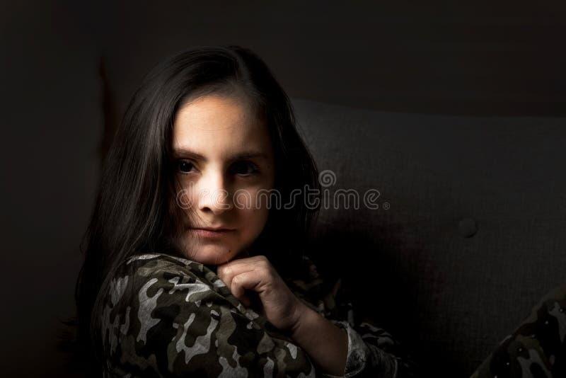 有长黑发摆在的逗人喜爱的深色的女孩 库存图片