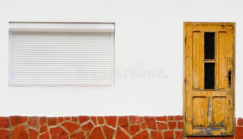 有门和窗口的白色墙壁 库存图片