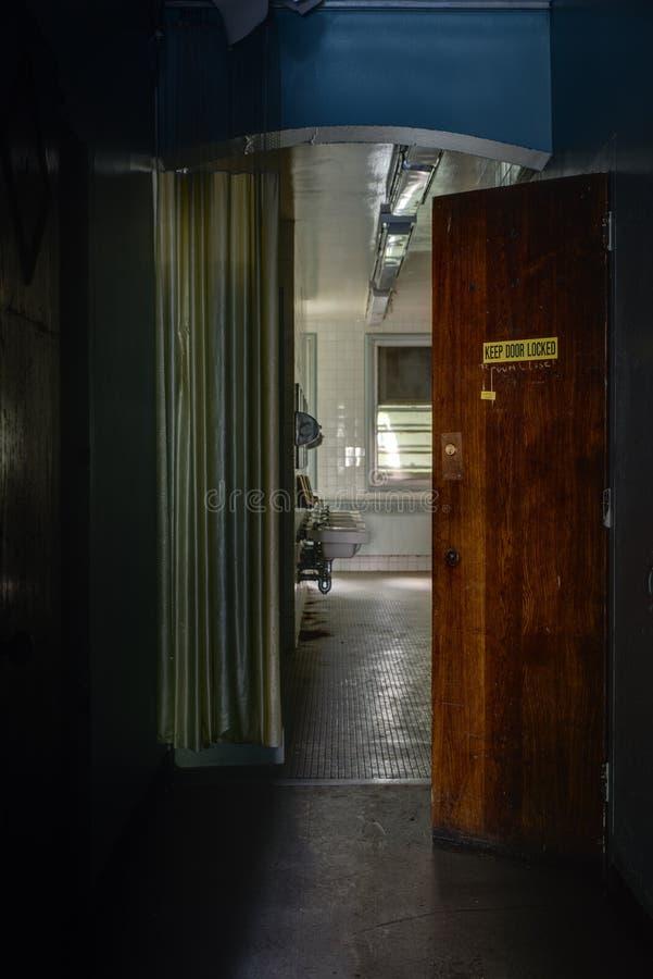 有门户开放主义的遗弃走廊-被放弃的医院 图库摄影