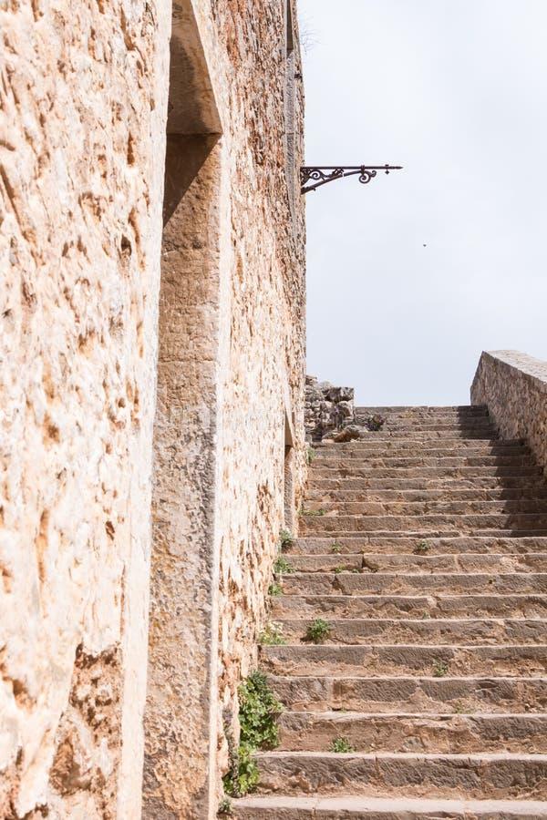 有门户的中世纪堡垒的石墙和楼梯 免版税库存照片