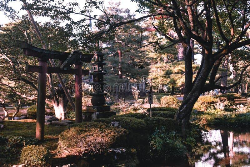有门的日本禅宗庭院和塔在Kenrokuen庭院今池里 免版税图库摄影