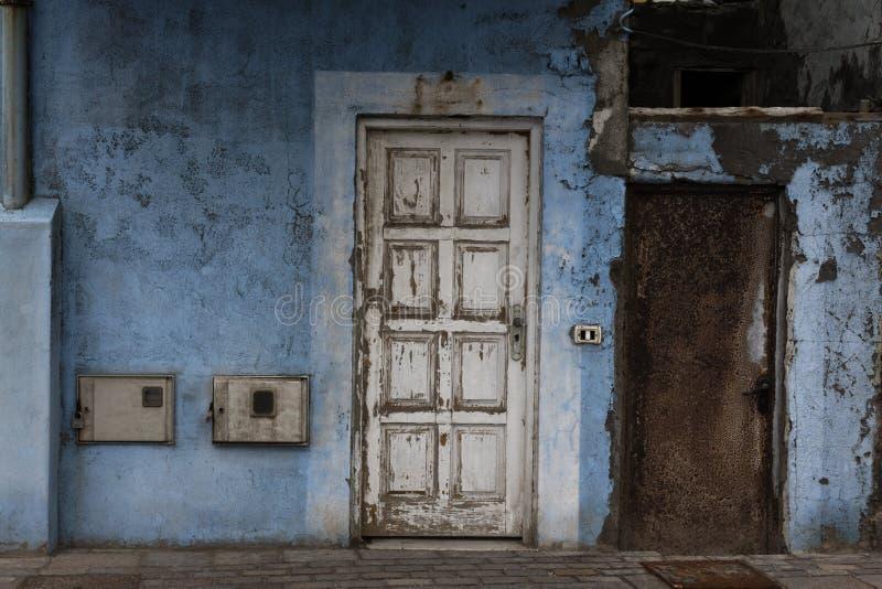 有门的蓝色老墙壁 库存照片