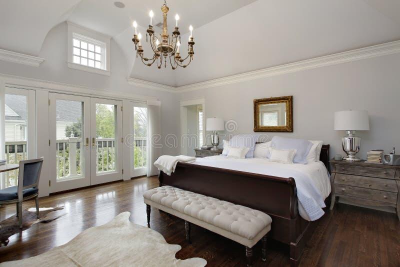 有门的主卧室对阳台 免版税库存照片