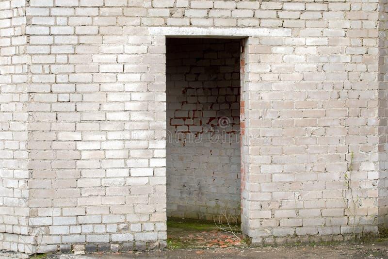 Download 有门道入口的白色破裂的砖墙 库存照片. 图片 包括有 发红光的, 背包, 模子, 黏土, 朽烂, 门面, 被毁坏的 - 72368244