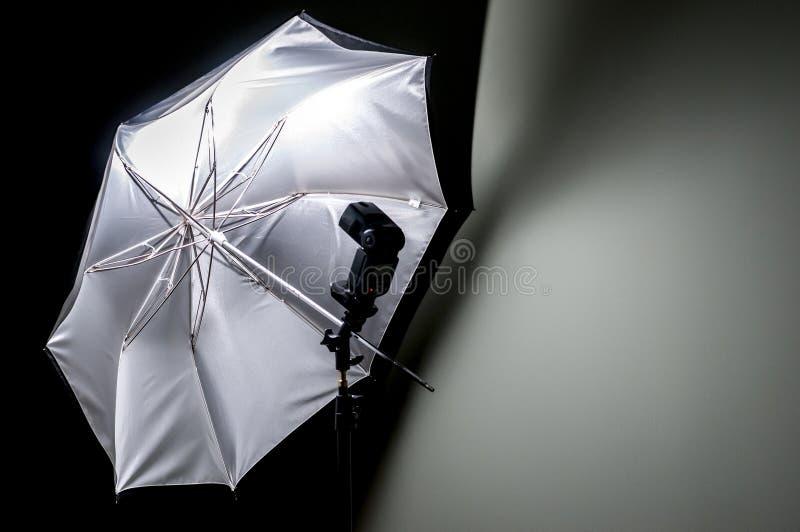 有闪光枪的伞反射器 免版税图库摄影