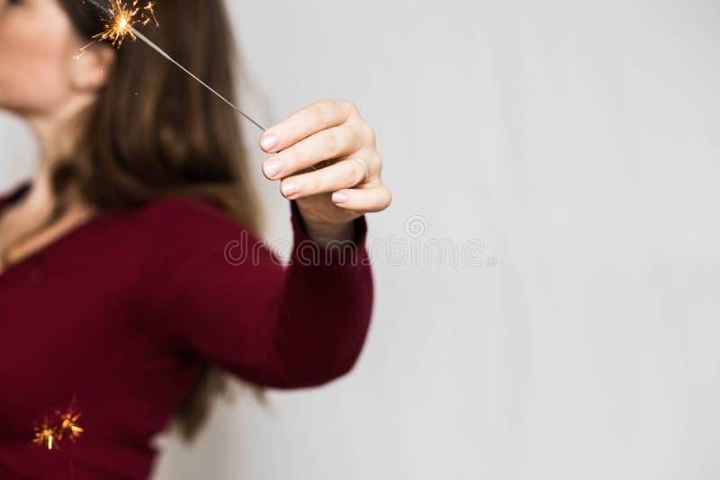 有闪烁发光物烟花庆典幸福烟花概念的妇女 免版税库存照片