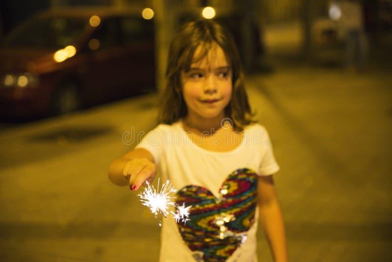 有闪烁发光物的小女孩,巴塞罗那 免版税库存图片