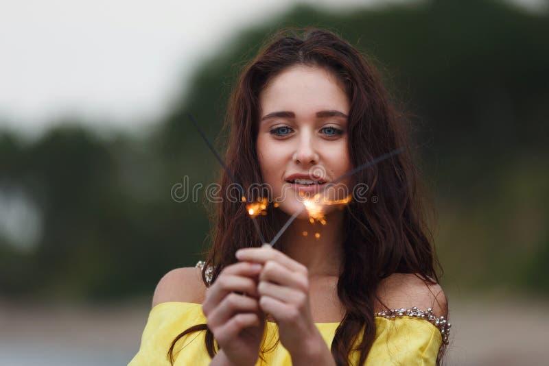 有闪烁发光物的快乐的女孩 图库摄影