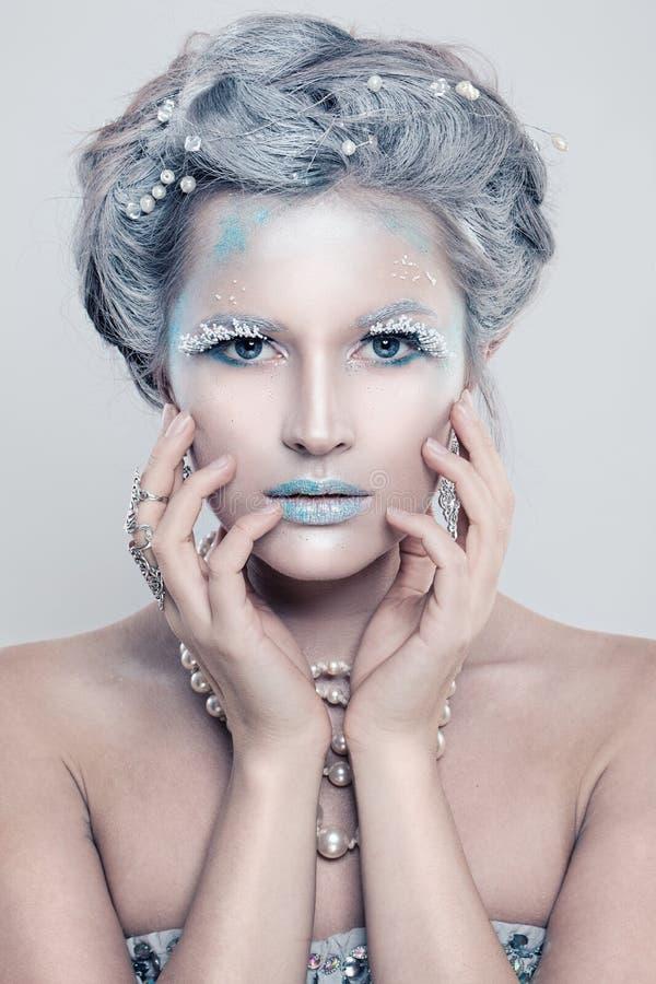 有闪烁构成的迷人的冬天时装模特儿妇女 库存图片