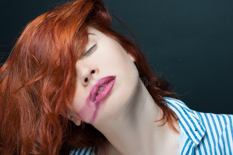 有闭上她的眼睛的被抹上的唇膏的肉欲的女孩 库存图片