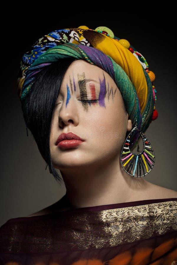 有闭合的眼睛时尚构成的深色的妇女 库存照片