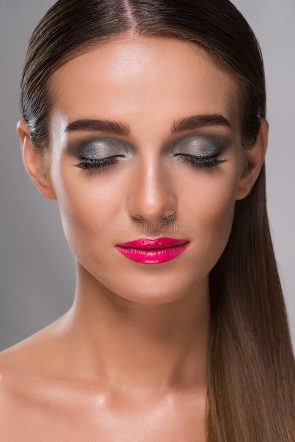 有闭合的眼睛的华美的妇女 图库摄影