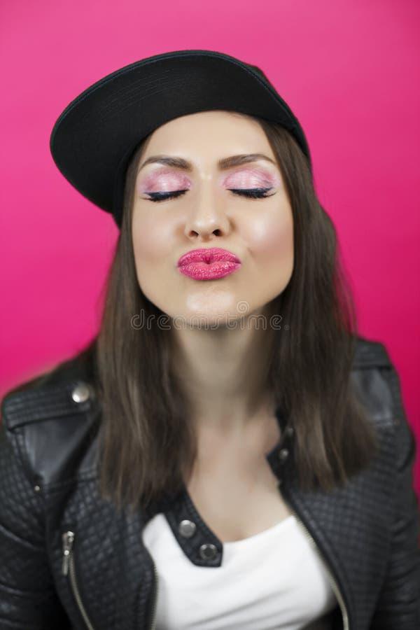 有闭合的眼睛的少妇送一个亲吻 在foc的嘴唇 免版税库存图片