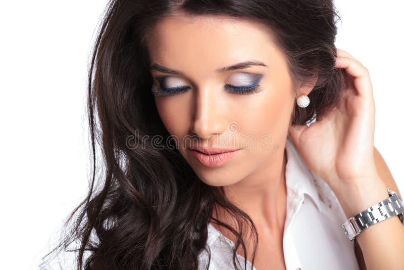 有闭合的眼睛的美丽的妇女 库存照片