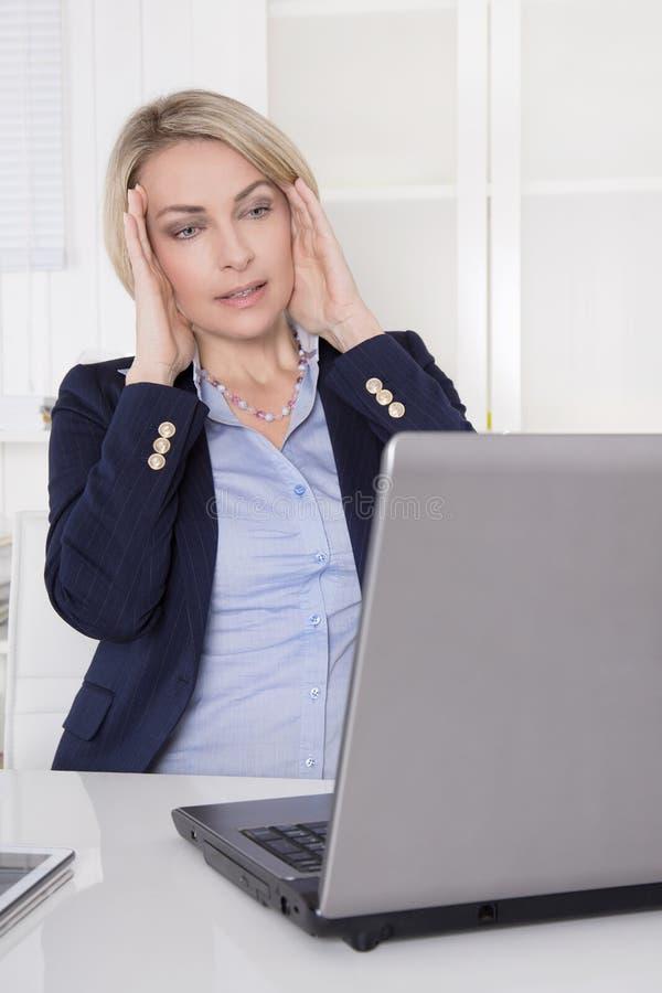 有问题的更老的女商人在工作 免版税库存照片