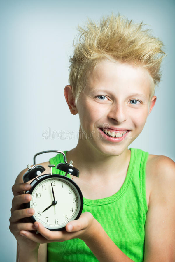 有闹钟的少年 库存照片