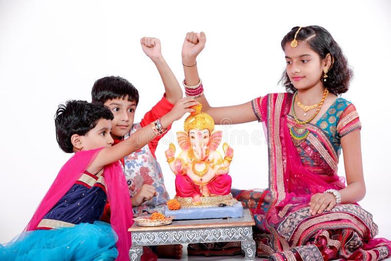 有阁下ganesha和祈祷的小印度孩子,印度ganesh节日 免版税图库摄影