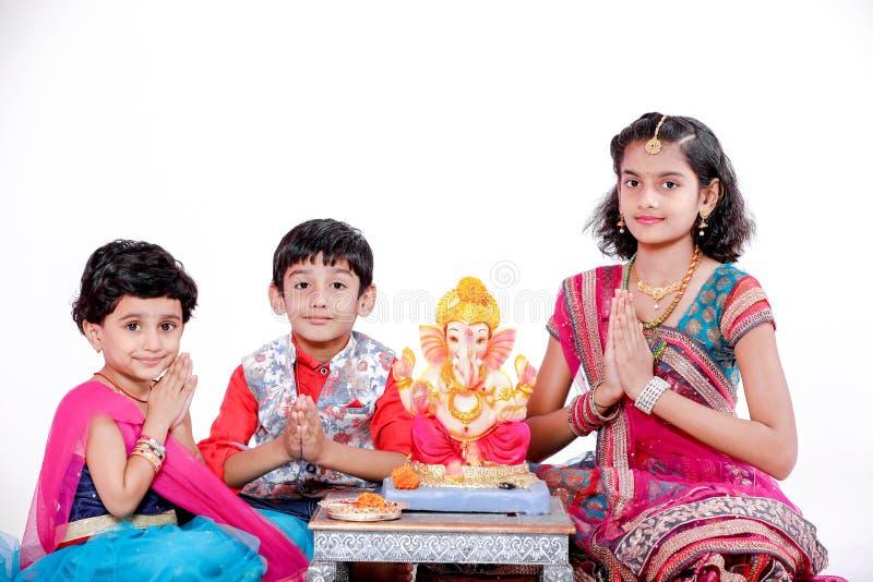 有阁下ganesha和祈祷的小印度孩子,印度ganesh节日 免版税库存图片
