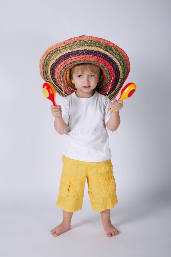 有阔边帽的逗人喜爱的小男孩 免版税库存图片