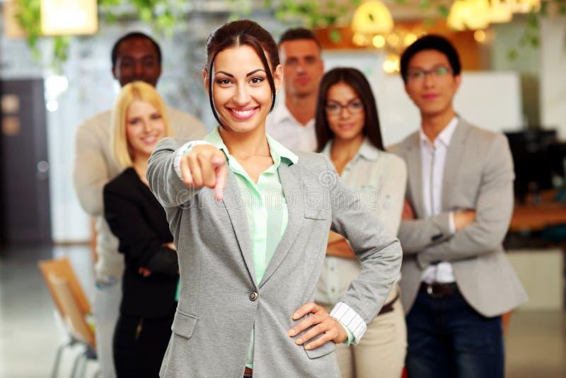 有队的微笑的英俊的女实业家 免版税库存照片