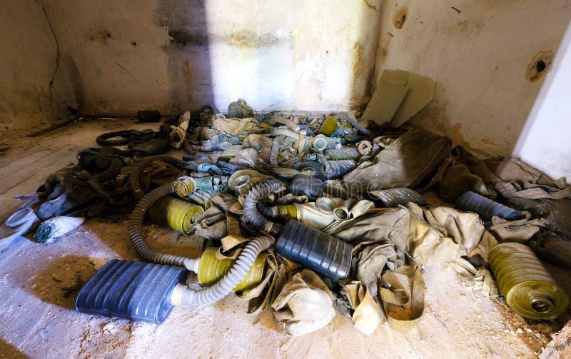 有防毒面具的室在一所被放弃的学校 库存照片