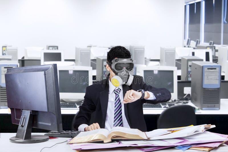 有防毒面具的工作者在办公室 免版税库存图片
