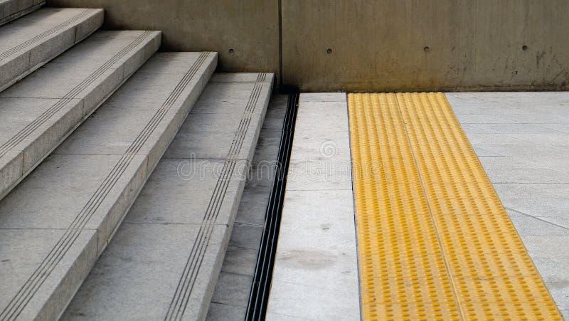 有防滑的凹线和钢天沟的具体台阶 图库摄影