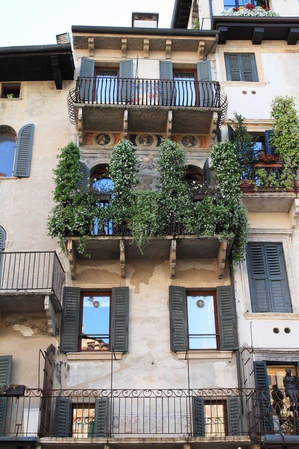有阳台的亭亭玉立的房子在维罗纳 免版税库存照片