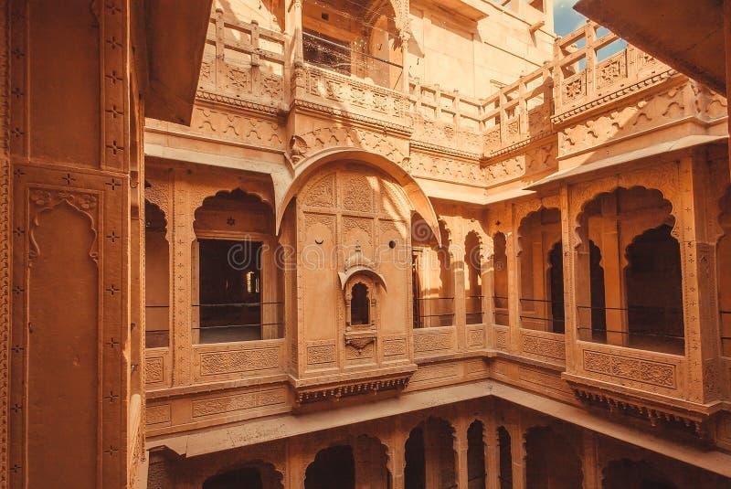 有阳台的庭院和在老房子里面的难看的东西石墙在历史印度城市 古老家在印度 免版税库存照片