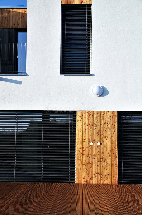 有阳台的现代露台的家庭房子 免版税库存图片