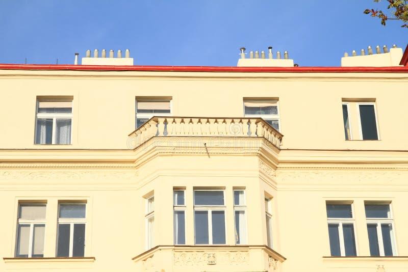 有阳台的黄色房子 免版税图库摄影