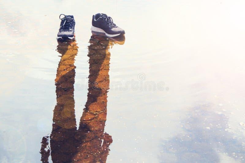 有阴影的鞋子没有人 库存照片