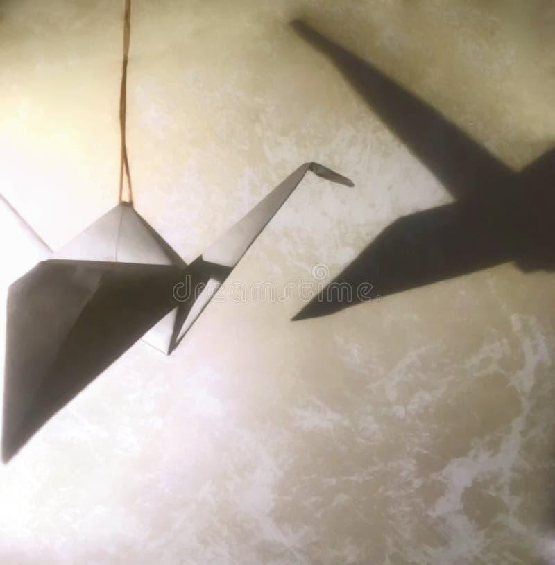 有阴影的Origami起重机 好抽象的背景 免版税库存图片