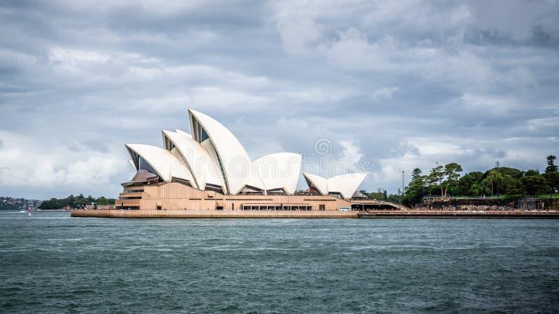 有阴暗多暴风雨的天气的悉尼歌剧院风景看法在悉尼NSW澳大利亚 库存图片