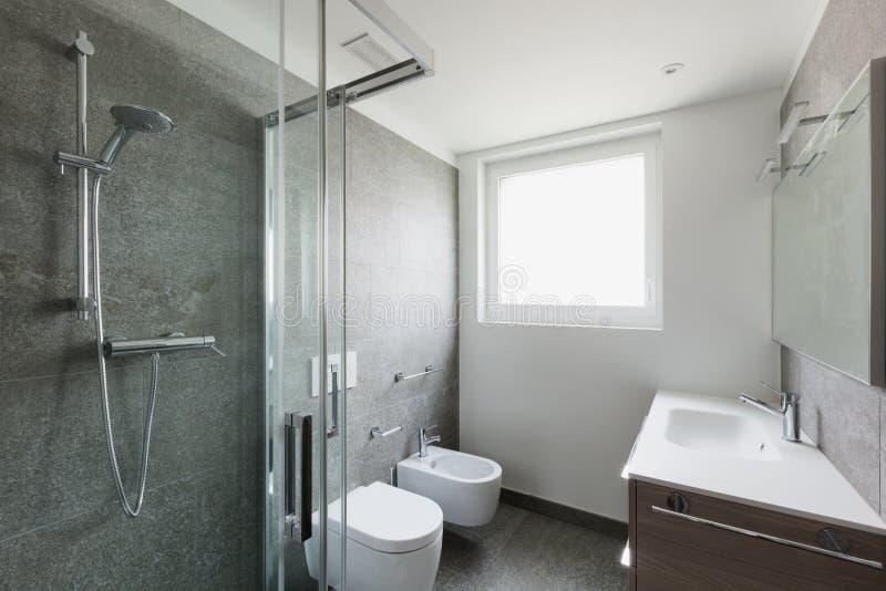有阵雨的白色卫生间 免版税图库摄影