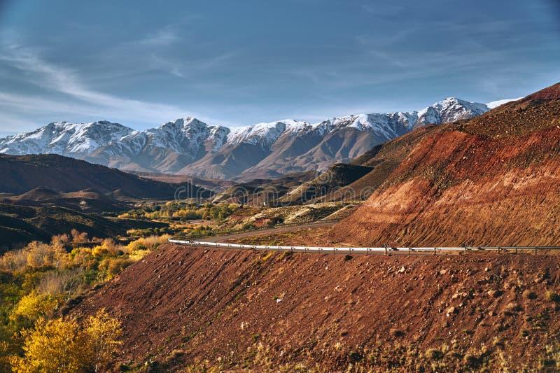 有阿特拉斯山脉的摩洛哥高速公路在背景中 免版税图库摄影