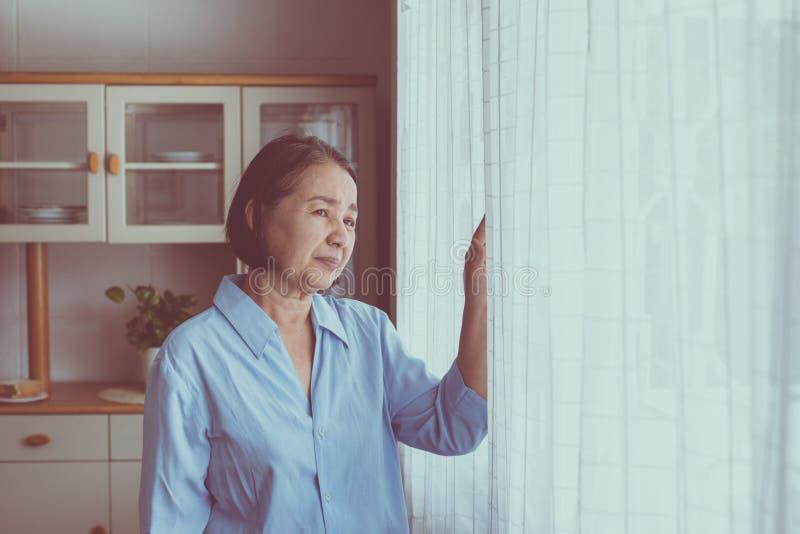 有阿耳茨海默氏亚裔年长的妇女偏头痛和头疼痛苦,资深健康概念 免版税库存图片