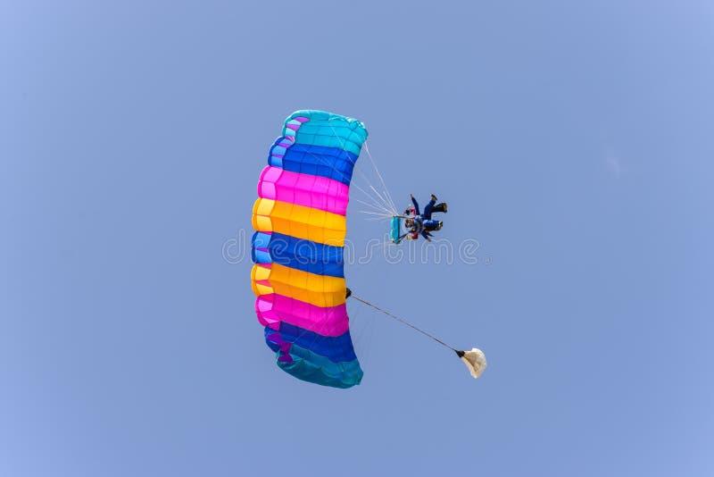 有降伞开放着陆的跳伞运动员一前一后 免版税库存图片