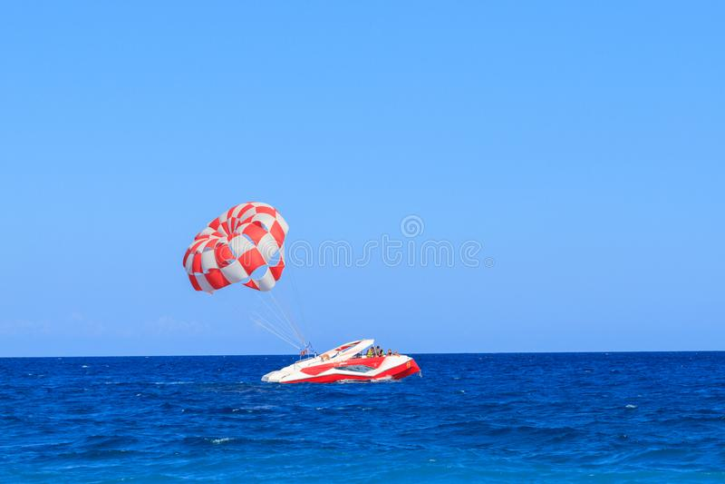 有降伞的红色汽船在绿松石海在Kiris 免版税库存图片