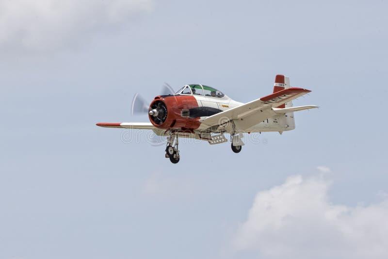 有降落装备降下的美国海军飞机 免版税库存图片