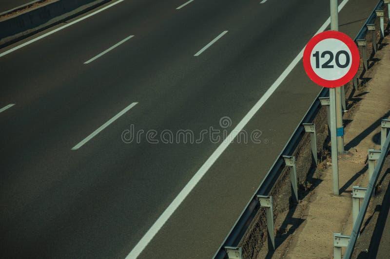 有限速路标的空的高速公路在马德里 免版税库存图片