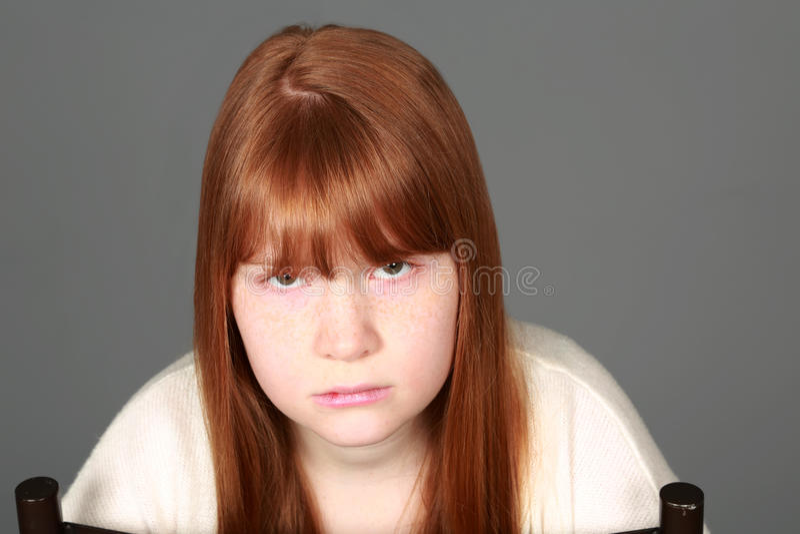 有雀斑的哀伤的非离子活性剂红头发人女孩 免版税图库摄影