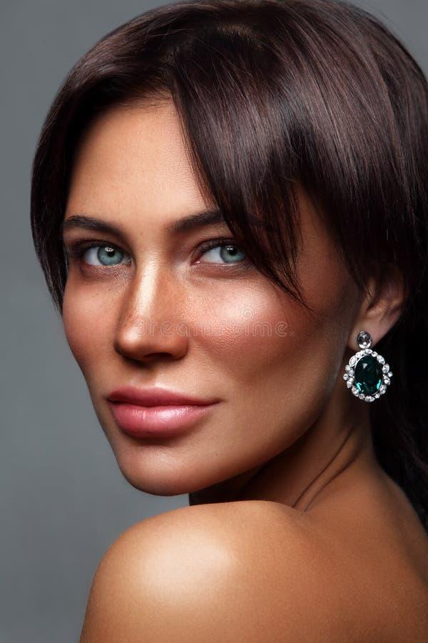 有雀斑的年轻美丽的被晒黑的妇女 库存图片