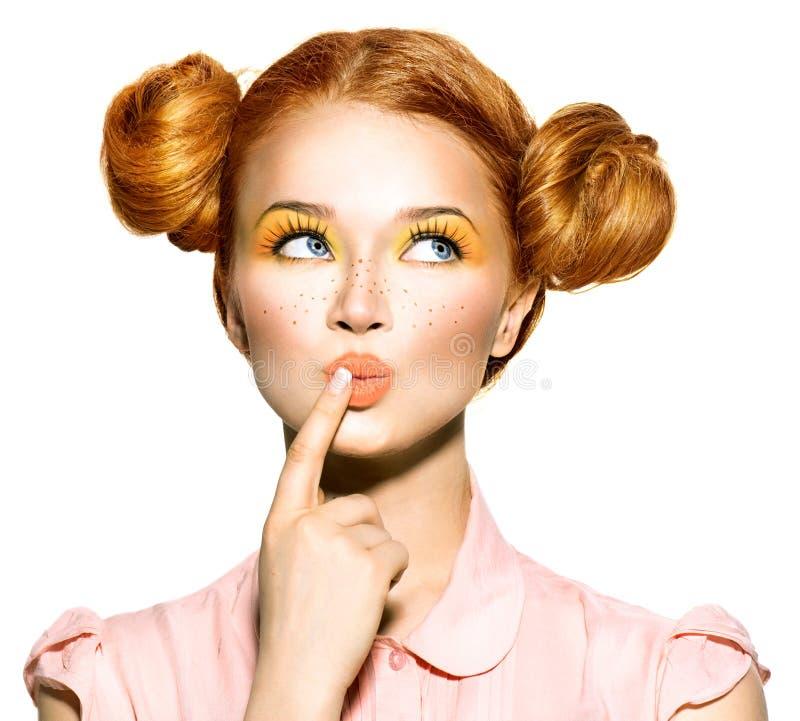 有雀斑的快乐的青少年的女孩 免版税库存图片