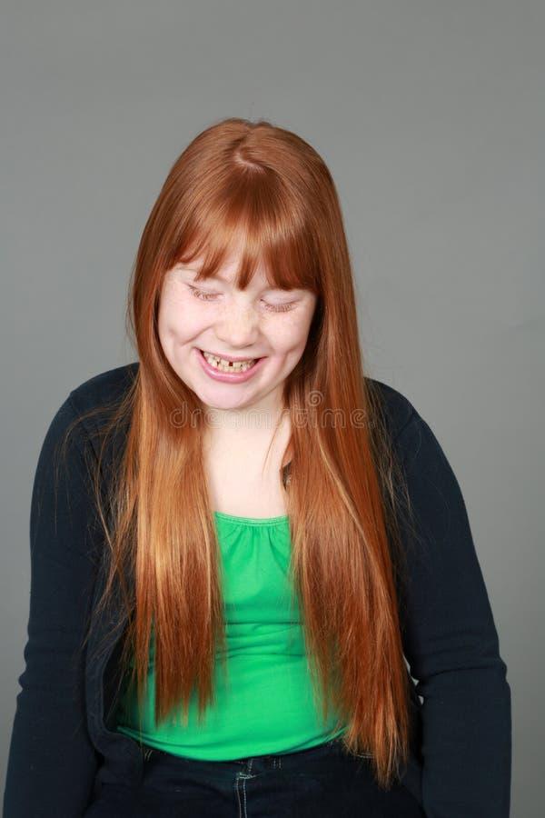 有雀斑的笑的非离子活性剂红头发人女孩 库存照片