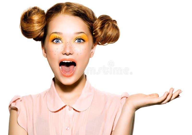 有雀斑的美丽的快乐的青少年的女孩 免版税图库摄影